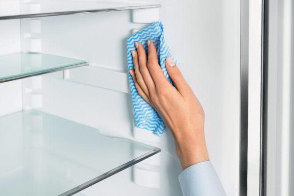 Когда мытье средством закончите, снова протрите поверхности мягкой тряпкой, смоченной в чистой теплой воде.