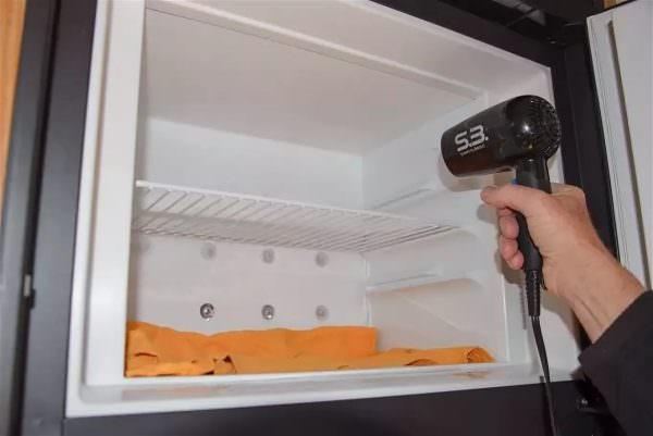 При длительной эксплуатации на стенках появляется наледь, которая не только уменьшает место для хранения продуктов, но также приводит к их порче, затхлому зловонию.