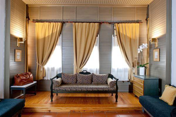 Окна-щели или просто узкие оконные проемы корректируются длиной карниза — он должен выступать с обеих сторон на 25 см.