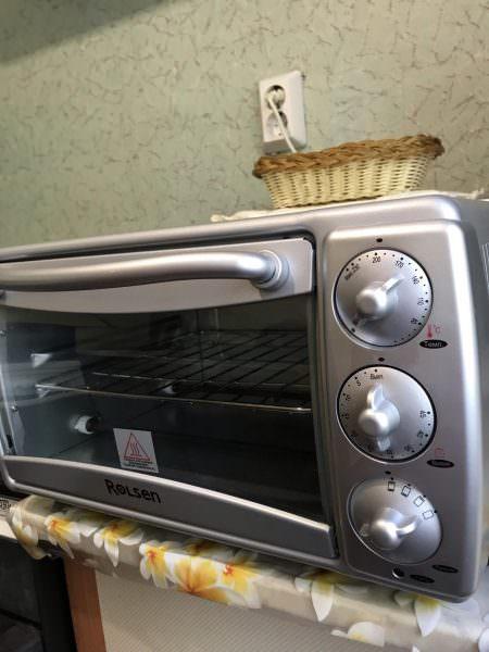 Для удобства есть специальная рукоятка, которая поможет переворачивать пищу при приготовлении.