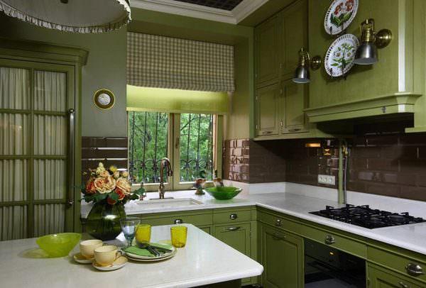 Установить кухонный гарнитур светлого фисташкового цвета можно как в большом, так и в малом помещении.