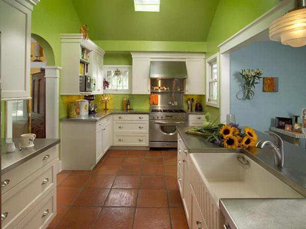 Интерьер фисташковой кухни в большинстве случаев «разбавляется» и другими оттенками.