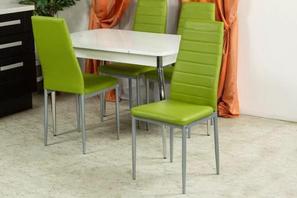Производитель Ashley или IKEA выпускают изделия из кожи, которые подойдут для украшения кухни в современном стиле.