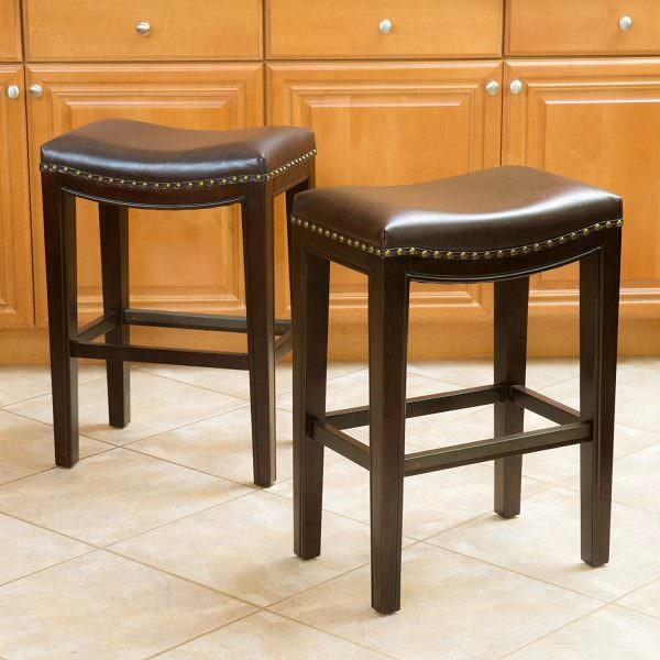 Необязательно покупать стандартные кресла, если кухня выполнена в стиле модерн, хай-тек или в другом современном направлении, то подойдут табуреты с кожаными подушками.