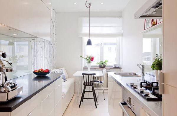 Двухрядные кухонные комнаты часто называют параллельными. Применяются в проходных или продольных помещениях.