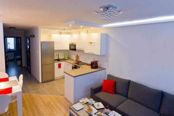 Классическая - расстановка происходит традиционным методом: возле мойки и плиты вешается шкаф и устанавливается гарнитур, формируется рабочая зона.