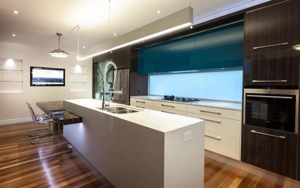 """В качестве """"острова"""", в центре кухни, служит массивная деталь мебели."""