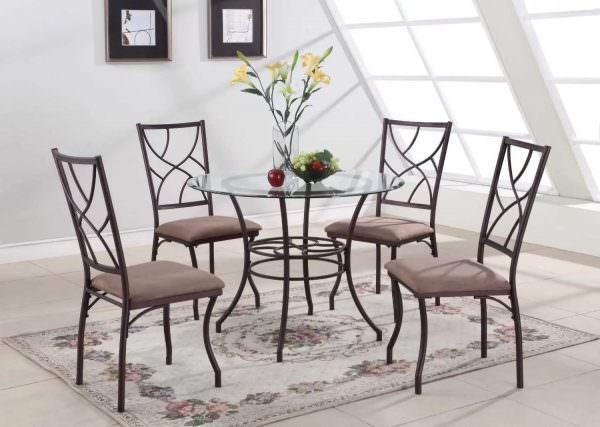 Металлические конструкции часто комбинируются с другими материалами, к примеру, мягкими сидениями.