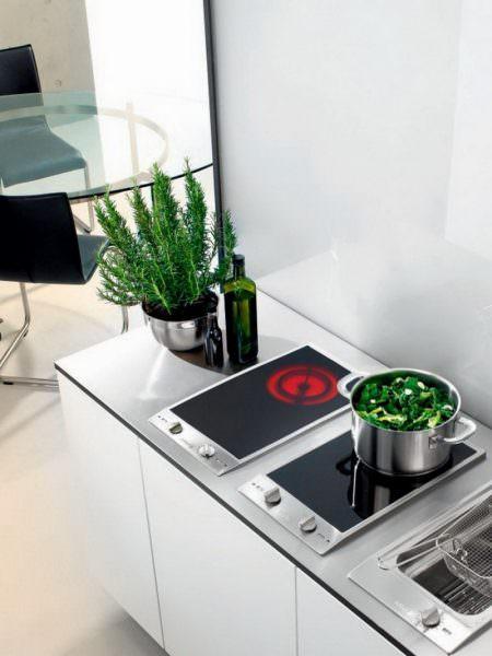 Индукционная плита нагревает исключительно посуду, а сама остается холодной.