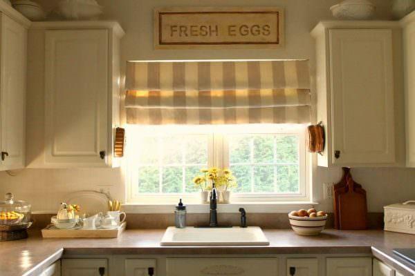 Римские шторы (другое название — романские) — это вид декорирования окон, когда занавеска представляет собой сплошной отрезок ткани.