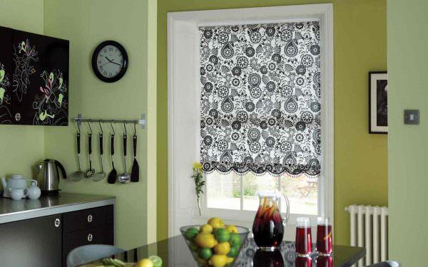 Для кухни часто подбирают яркие цвета, контрастирующие со светлыми стенами.