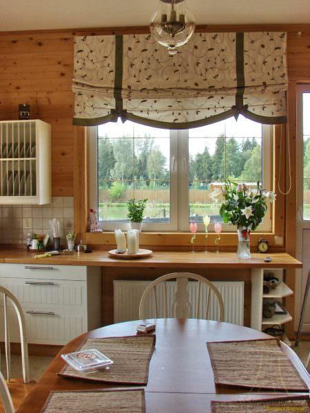 Если кухня довольно габаритная, можно использовать спокойные оттенки коричневого.
