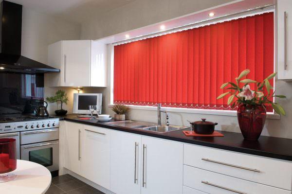 Римскую штору в интерьере кухни можно, безусловно, выбирать на собственное усмотрение.