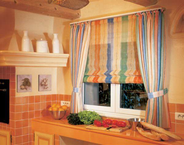 Можно найти и разноцветные полосатые, и элегантные занавеси с узорами.