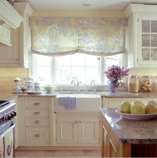 Фото отлично доказывает, что такие занавески органично вписываются в любую кухню.