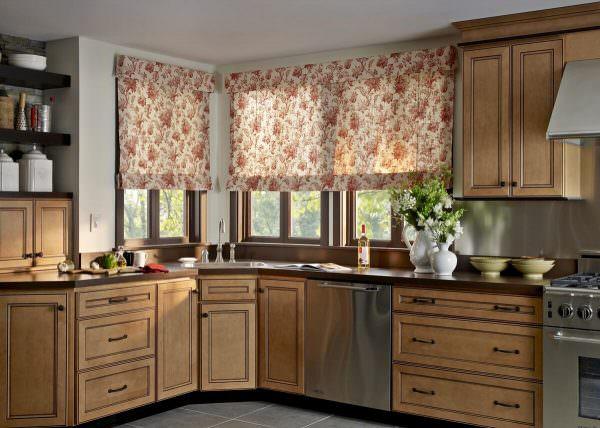 Выбирая занавески для кухни, стоит помнить главную особенность данной комнаты — все вещи в ней подвержены быстрому загрязнению.