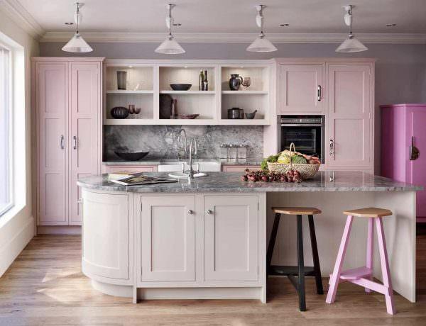 Розовая кухня - идеальный выбор для чувствительных и утонченных людей, не боящихся проявлять свои эмоциональные порывы и фантазии.