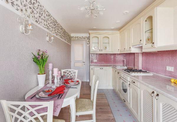 Необычный вариант – сделать керамическую мозаику из квадратиков розового, серого и черного цвета.