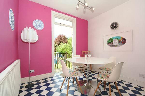 В розовом лучше оформить только одну из стен, а другие оставить полностью белоснежными