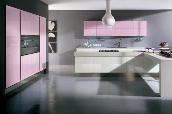 В отделке кухни в серо-розовых тонах должен преобладать серебристо-серый и дымка
