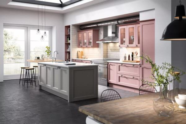 Серо-розовая кухня в данной вариации выглядит гармонично, стильно и даже шикарно.