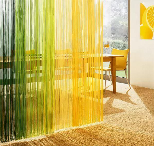 Нитяные шторы на кухне — это оригинальный и практичный способ украсить помещение.