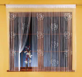 Для интерьера кухни лучше всего подобрать недлинные нитяные шторы, это будет более практично и эстетично.