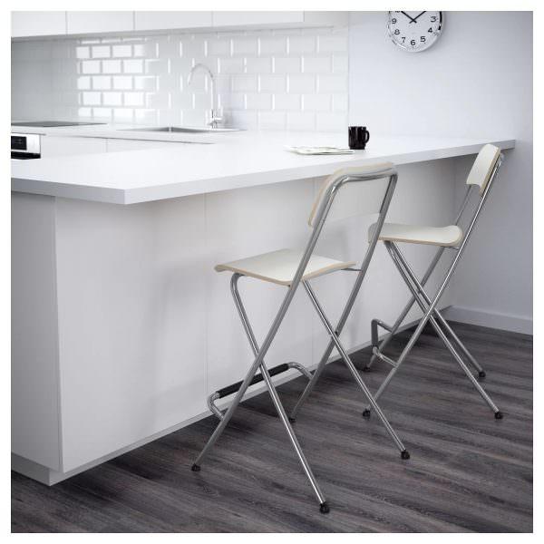 Большой популярностью пользуются раскладные металлические кухонные стулья.