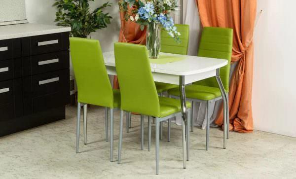 Одним из главных атрибутов на кухне является обеденный стол, которому полагаются стулья.