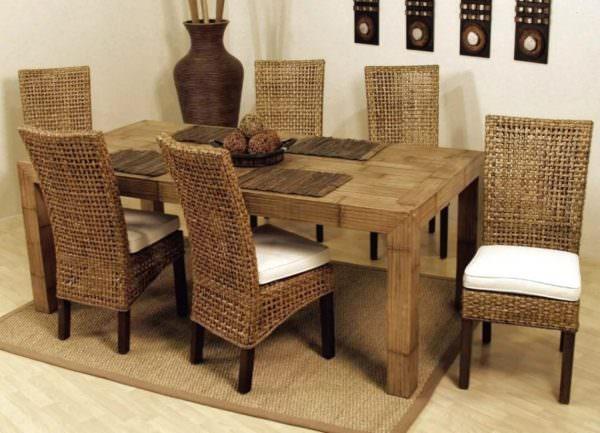 Часто ротанговые кресла сами по себе являются украшением дома, но иногда их оснащают удобными, мягкими сидениями.