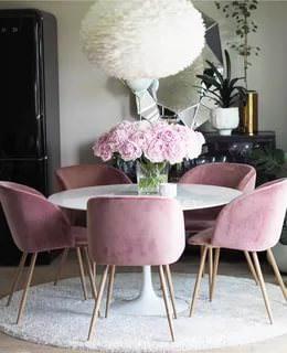 Бархатные стулья для кухни, как и велюровые, ассоциируются с роскошью.