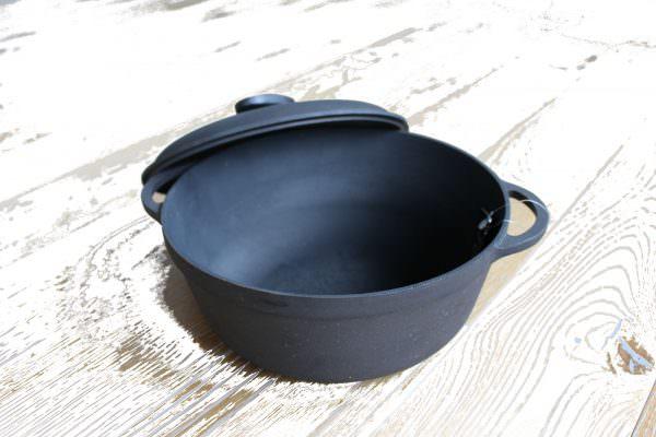 По многим показателям посуда из чугуна подходит для индукционной плиты лучше всех.