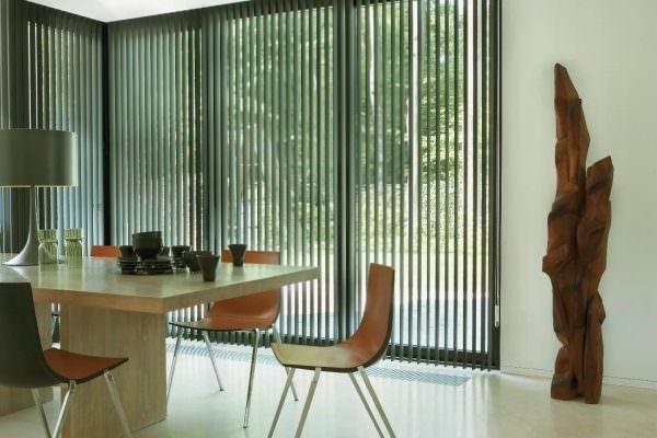 Пластиковые или алюминиевые шторы, наоборот, будут отдавать холодностью и чрезмерной строгостью.
