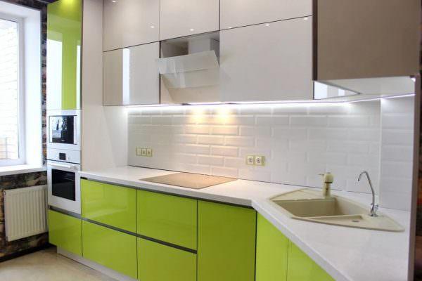 """При таком дизайне кухня выглядит свежо, легко, как бы """"паря в воздухе"""" и в то же время - уютно."""