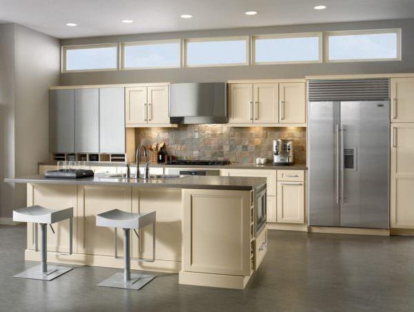 Серый цвет хорошо комбинируется с холодными тонами – пудровым, песочным, это можно использовать при выборе цветового решения для кухни в современном стиле.
