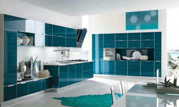 Наилучший фон для бирюзового гарнитура – белые стены, глянцевый ПВХ-потолок, серый пол.