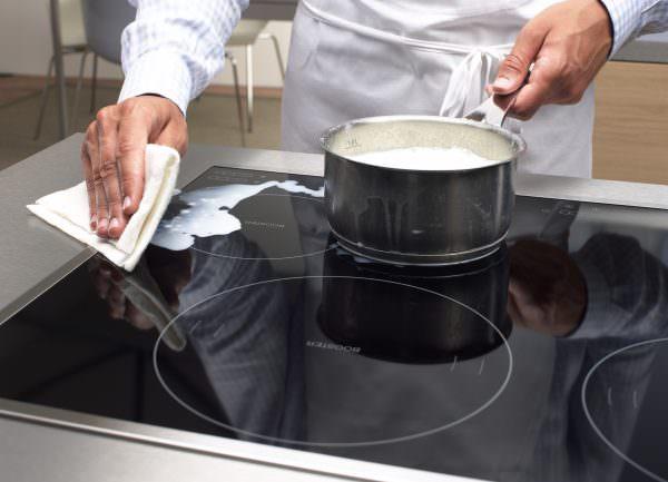 Существует действенный способ, как быстро почистить стеклокерамическую кухонную плиту от пригоревших молочных продуктов.