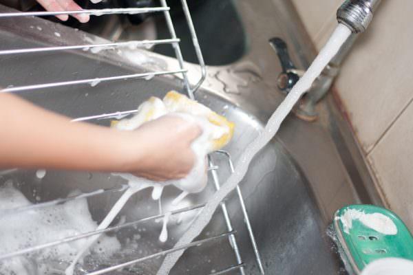 Эмалированную решетку достаточно замочить на один час в мыльном растворе.