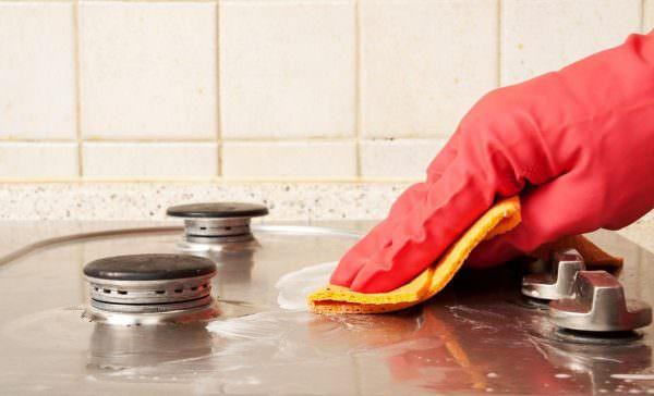 К тому же некоторые химические вещества могут не только повредить поверхность бытовой техники, но и причинить вред человеку.
