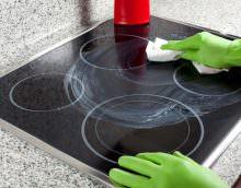 Как очистить керамическую плиту без образования дефектов, волнует многих хозяек.