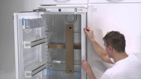 Под декоративной панелью у некоторых моделей помещается слой теплоизоляционного материала.