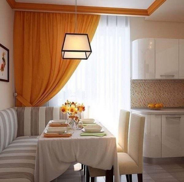 Яркие шторы «оживляют» кухню, не дают ей превратиться в подобие операционного кабинета.