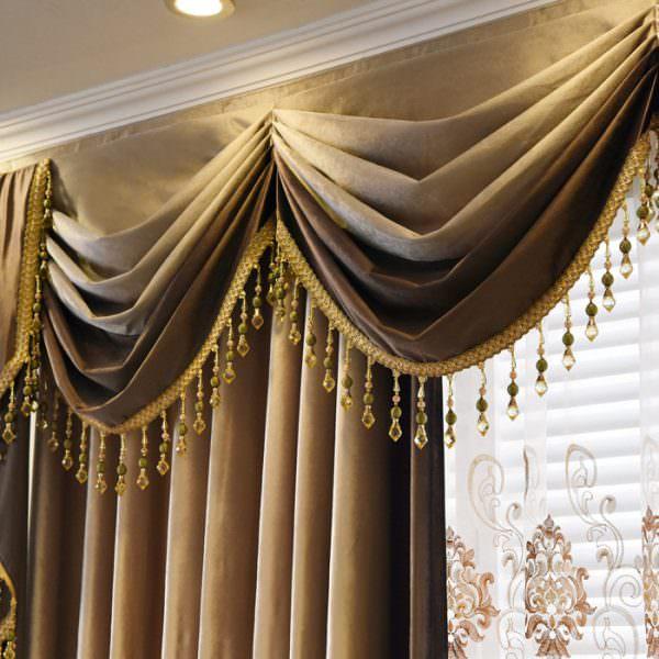 Роскошный дизайн кухни дополняют ажурным резным ламбрекеном. Его причудливые композиции придают интерьеру интригующий вид.