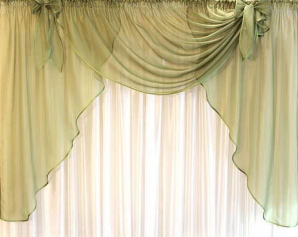 Для солнечных помещений, где шторы сочетаются с жалюзи, необходимо покупать прямоугольные жесткие или мягкие конструкции из плотной ткани.