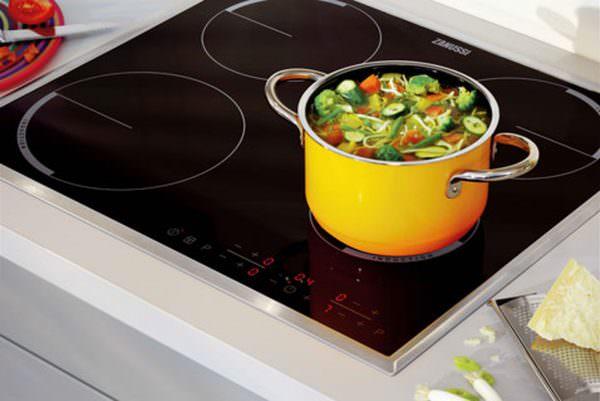 Индукционная плита смотрится стильно и современно.
