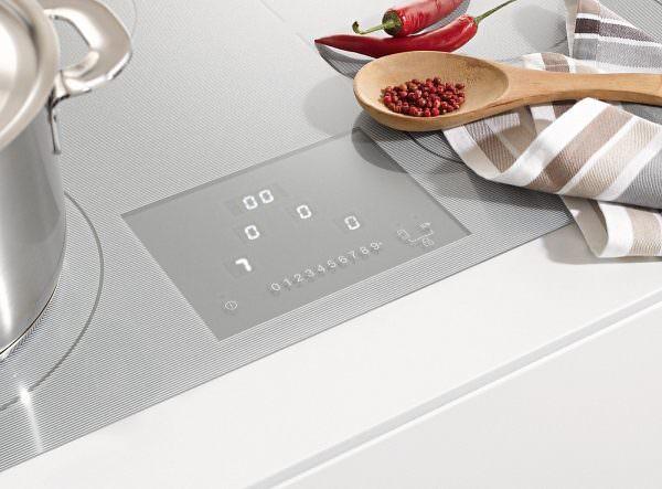 Индукционные плиты со стеклокерамической поверхностью выполнены в сером, черном или золотистом цвете.