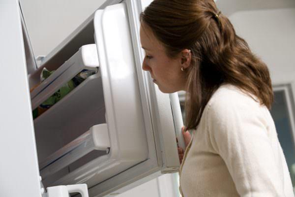 как избавиться от запаха в морозильной камере.