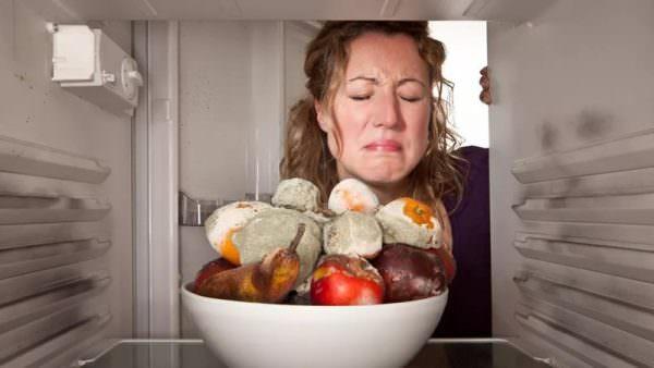В таких ситуациях хозяйка вынуждена решать вопрос, как убрать запах в морозильной камере.