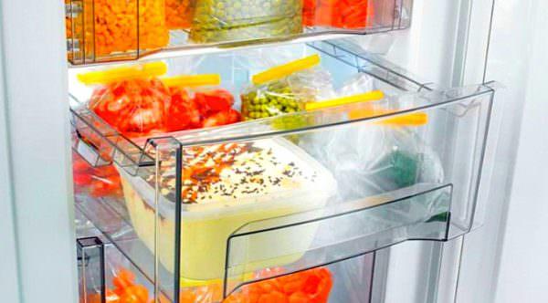 Продукты в открытом виде, не упакованные в пластиковые пакеты, могут стать причиной запаха.