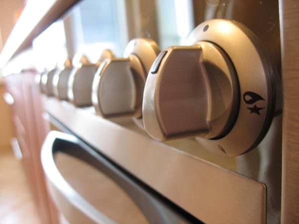 Но испортить поверхность плиты можно и простыми скребками, грубыми мочалками и дешевыми чистящими порошками.